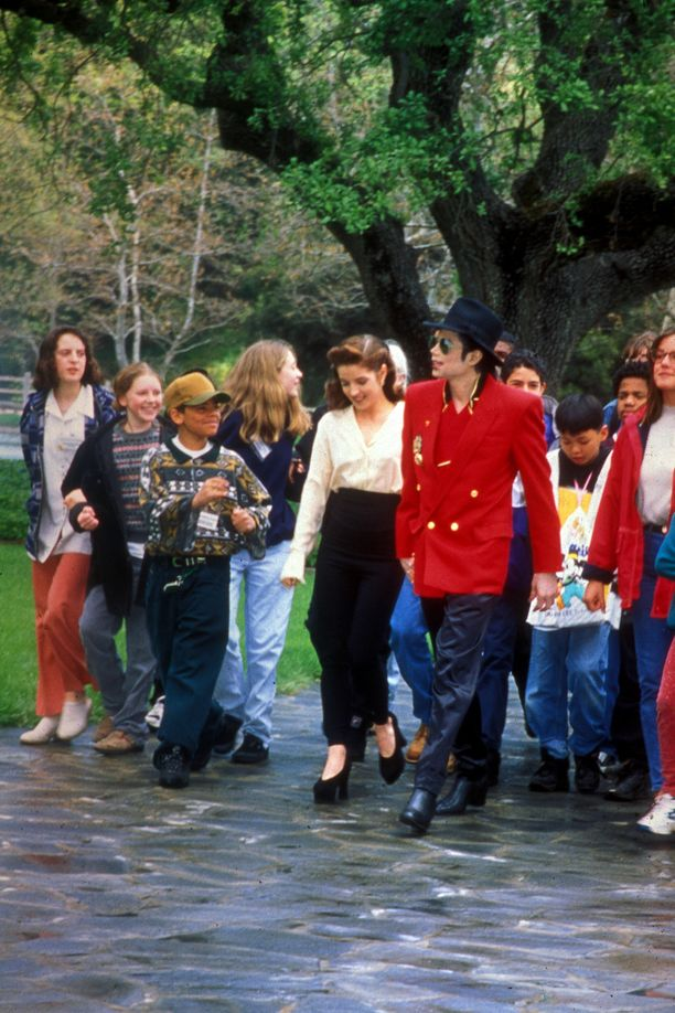 Michael Jackson kutsui mielellään lapsivieraita Neverland-tilalleen. Kuvassa silloisen vaimon Lisa Marie Presleyn kanssa vuonna 1995.