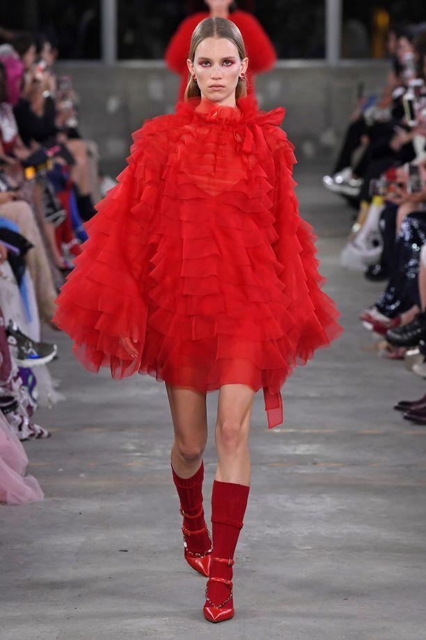 Näin Valentinon luomus oli stailattu catwalkilla.