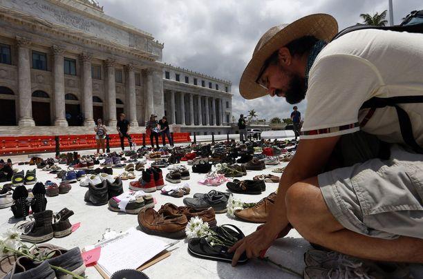 Harvardin tutkimuksen julkistuksen jälkeen San Juanin hallintorakennuksen edustalle tuotiin tuhansittain kenkäpareja symboloimaan hurrikaanissa kuolleita.