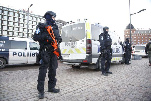 Itsenäisyyspäivänä poliisi varmisti mielenosoitusten rauhallisuutta Helsingissä.