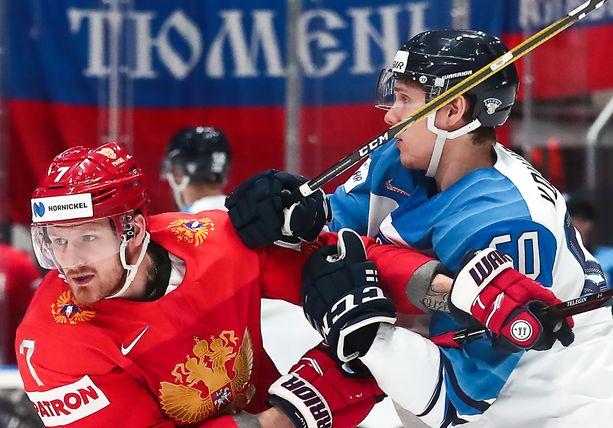 Miika Koivisto kamppailee Venäjän Ivan Teleginin (vas.) kanssa MM-välierässä.