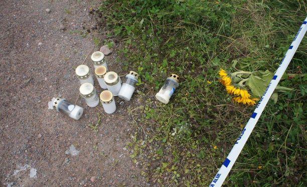 Kynttilöitä tuotiin paikalle, jossa hevostilayrittäjä murhattiin Loviisassa elokuussa 2016.