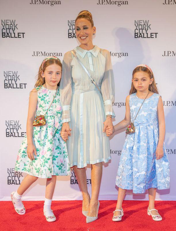 Sarah Jessica Parker esiintyy harvoin punaisella matolla lastensa kanssa. Kaksosten lisäksi hänellä on myös vuonna 2002 syntynyt poika.