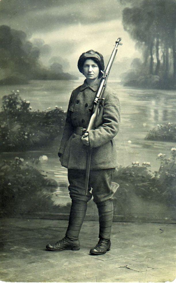 Tuntematon naissotilas Viipurin naispataljoonasta vuonna 1918.