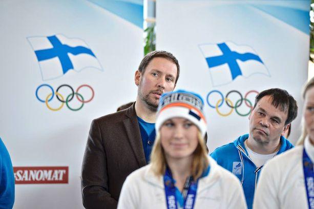 Sotshin kisojen aikaan huomiota herätti urheiluministeri Paavo Arhinmäen (vas) juhlakunto Leijonien pronssijuhlissa. Kisojen jälkeen ministeriö selvitteli vuosia olympiakomitean rahoitusta.