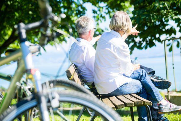 Eräs eläkeläinen vastaa Iltalehdelle nauttivansa eläkkeestä siksi, että saa olla vaimon vieressä arkenakin. Kuvituskuva.