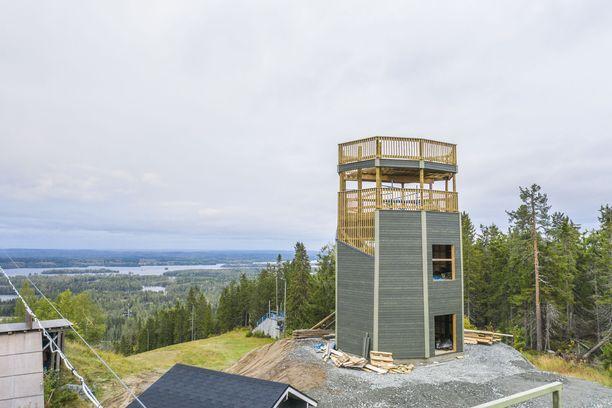 Uudesta näköalatornista pääsee ihailemaan maisemaa Tahkolta länteen. Aiemmin tuon suunnan näkymä on ollut metsän peitossa.