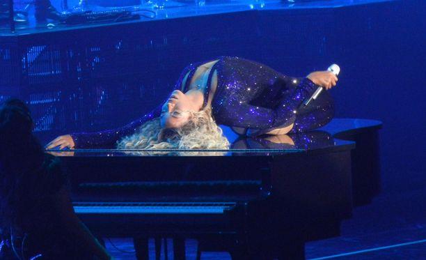 Beyoncén esitykseen kuului muun muassa flyygelin päällä kiemurtelua.
