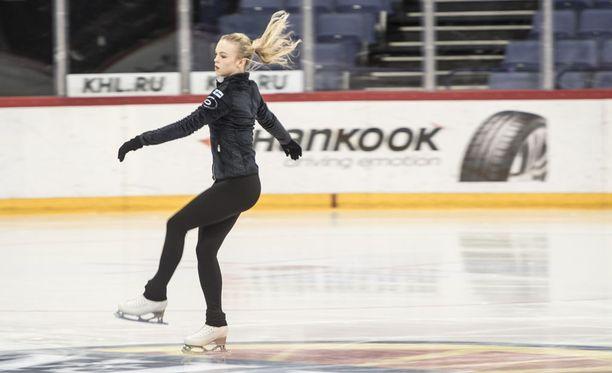 Taitoluistelun MM-joukkueen kuopus, 17-vuotias Emmi Peltonen avaa suomalaisten kisat tänään Helsingissä naisten lyhytohjelmalla.