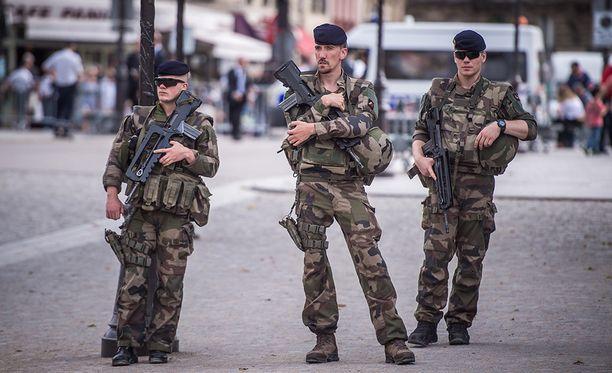 Sotilaat partiovat lähellä Notre Damea. Terrori-iskujen jälkeen turvallisuutoimia on kiristetty huomattavasti.