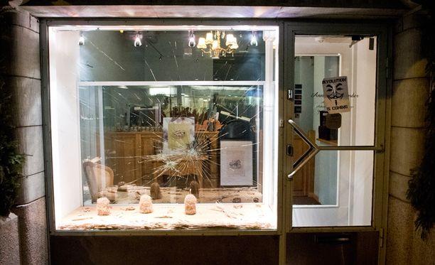 Kultasepänliikeen ikkuna rikottiin lauantain mielenosoituksessa.