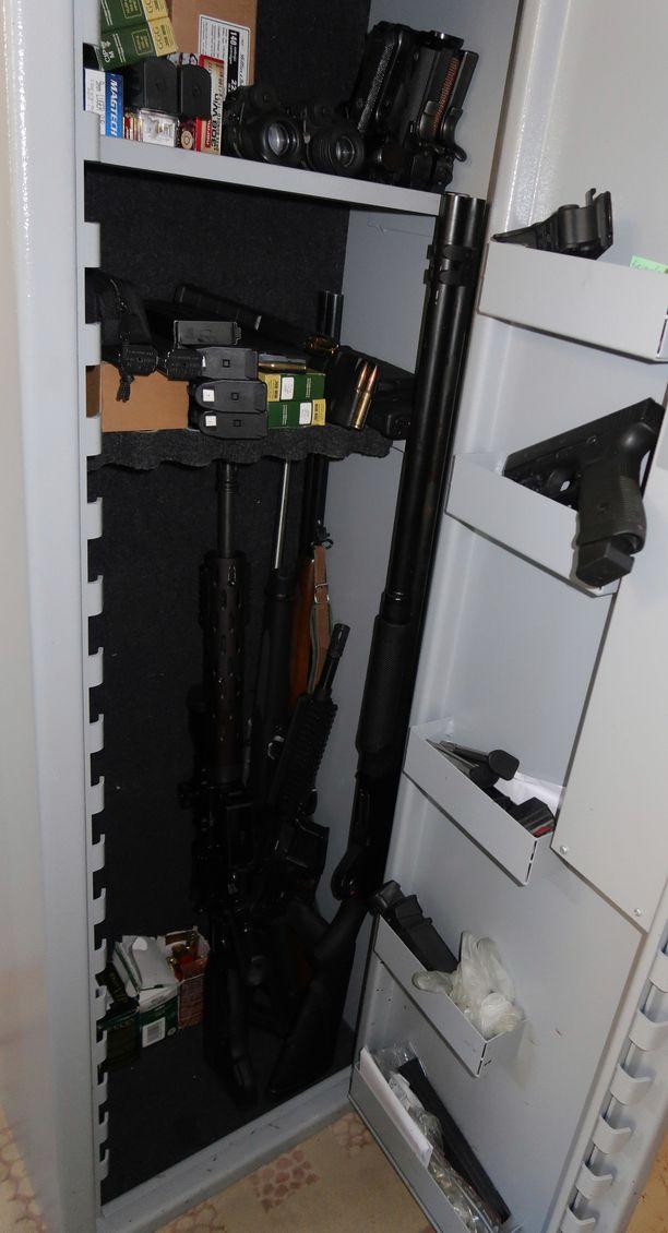 Epäillyn kotoa löydetty asekaappi.
