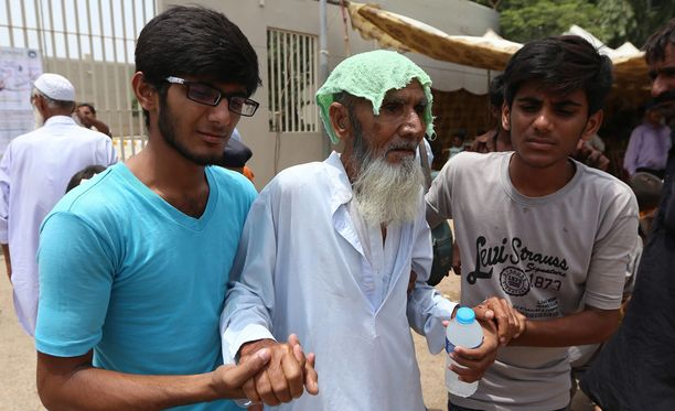 Iäkäs mies tuotiin sairaalaan keskiviikkona Karachissa.