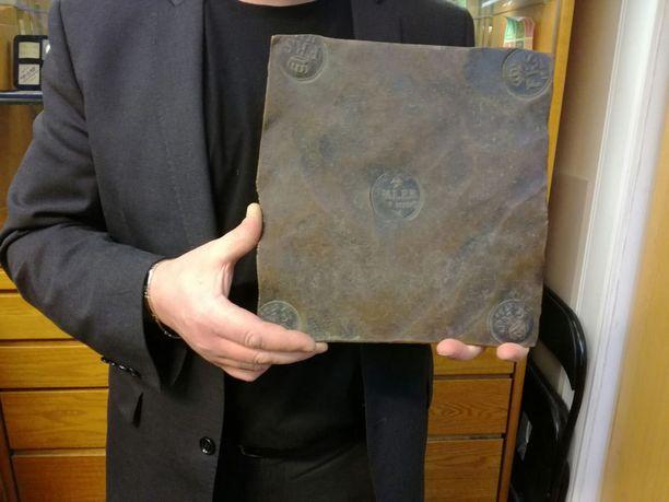 4 taalerin plootu Frederik I ajalta 1728, painoa kolme kiloa.