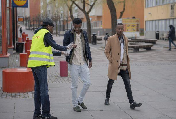 Tukholman Tenstan esikaupungissa jaettiin desinfiontiaineita viikonloppuna.