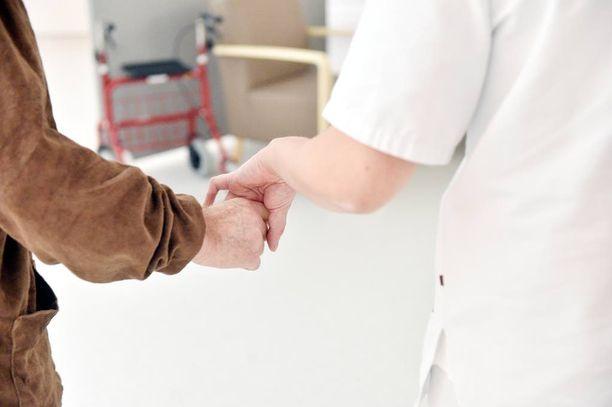 Helsinkiläisessä palvelukeskuksessa työskennelleen hoitajan epäillään antaneen vanhuksille morfiinin sijasta pelkkää vettä. Kuvituskuva.