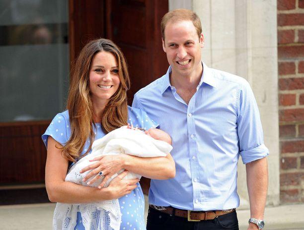 Kun prinssi George syntyi heinäkuussa 2013, onnelliset vanhemmat saapuivat median eteen pian synnytyksen jälkeen.