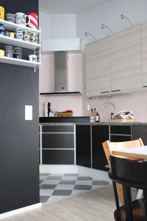 Keittiön säilytystilaa on jatkettu ruokailuhuoneen puolelle kiinnittämällä sinne avohylly kauniille astioille.