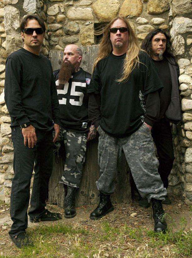 Jeff Hanneman (toinen oik.) joutuu jäämään pois Slayerin kiertueelta.