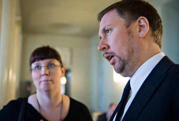 Merja Kyllönen ja Paavo Arhinmäki vaativat selitystä kansalaisaloitteen torppaamiselle.