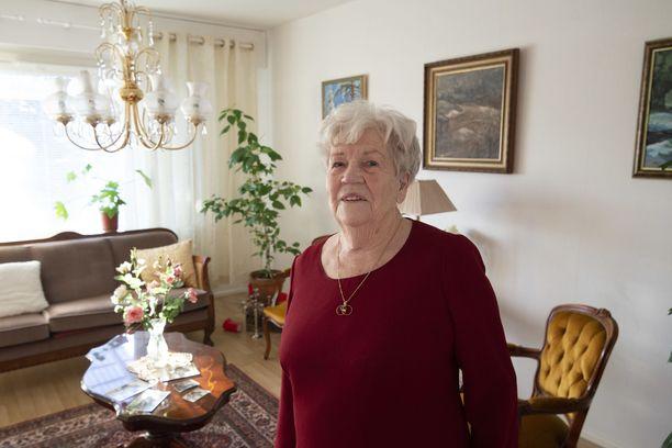 96-vuotias Annikki Mäki asuu yhä omassa kodissaan Hattulassa Hämeenlinnan kupeessa.