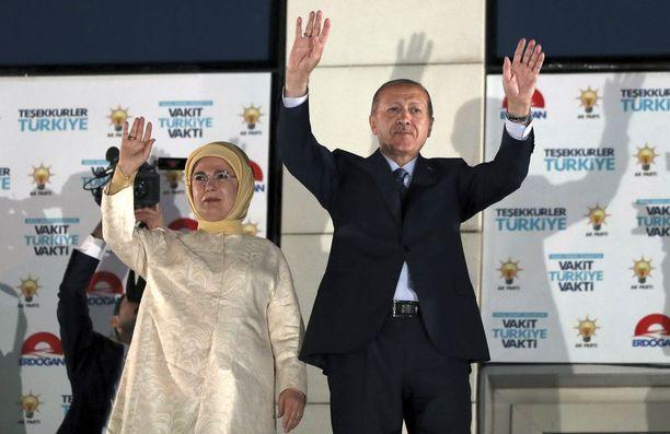 Turlkin presidentti Recep Tayyip Erdogan ja hänen vaimonsa tervehtivät kannattajiaan vaalivoiton varmistuttua.