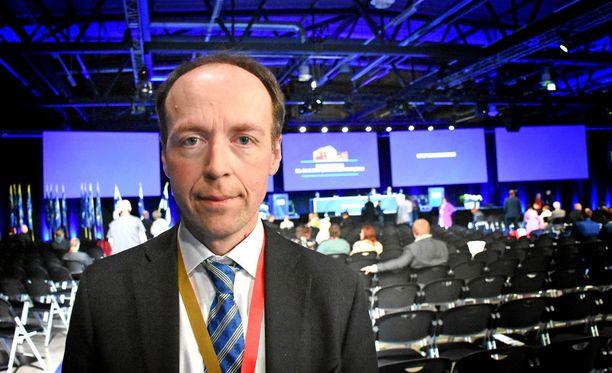Jussi Halla-ahon johtamat perussuomalaiset ovat Ylen tuoreimman kannatuskyselyn mukaan nosteessa.