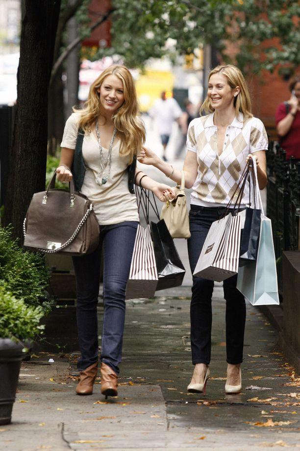 Blake Lively Serenana ja Kelly Rutherford Lilynä Gossip Girlin toisella tuotantokaudella.