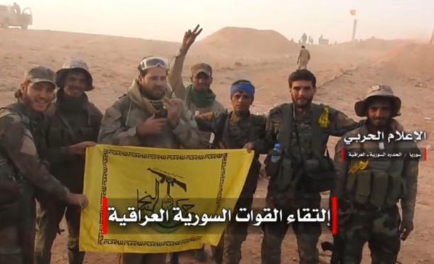Irakilaismilitantit esittelivät lippuaan videolla Al-Bukamalin lähellä.
