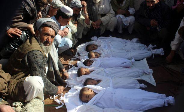 Ainakin 30 siviilin uskotaan kuolleen Naton ilmaiskuissa Afganistanin Kunduzissa perjantaina.