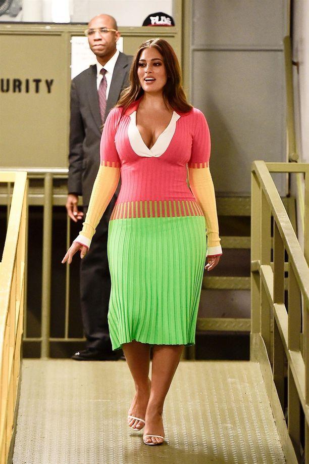Ashley Grahamin värikäs Prabal Gurungin mekko käänsi päät Voguen tilaisuudessa viime syksynä.