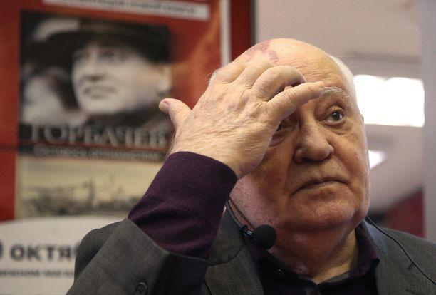 Mihail Gorbatshov piti tärkeänä, että Neuvostoliitolla on toimiva keskusteluyhteys Yhdysvaltoihin. Hänet palkittiin Nobelin rauhanpalkinnolla vuonna 1990.