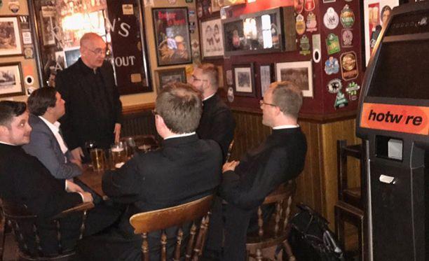 Kun selvisi, että pappisseminaarilaiset olivat aitoja hengenmiehiä, baari tarjosi heille ilmaisen kierroksen.