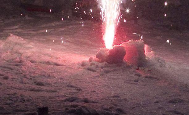 Tänäkin talvena monet ovat loukkaantuneet ilotulitteiden räjähdyksistä. Kuvituskuva.