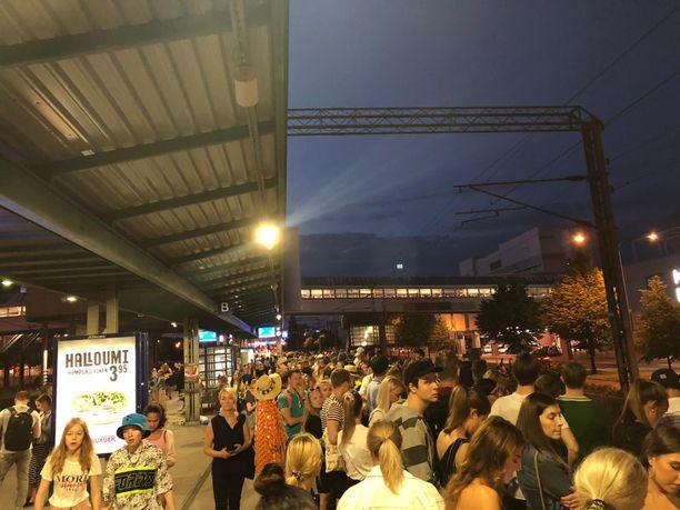 Ihmisiä pakkaantumassa Malmin juna-asemalle.
