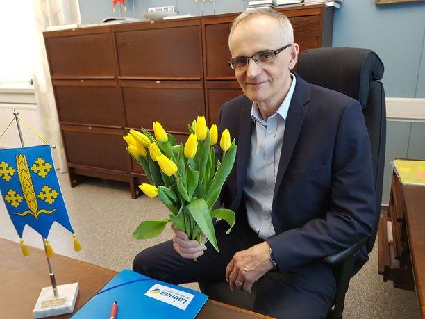 Loimaan kaupunginjohtaja Jari Rantala lupaa kukat voittajalle.