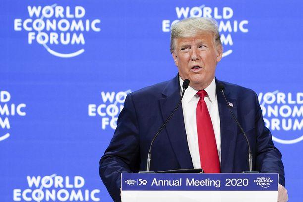 Donald Trump on Davosissa Sveitsissä, kun häntä vastaan käydään oikeutta kotona.