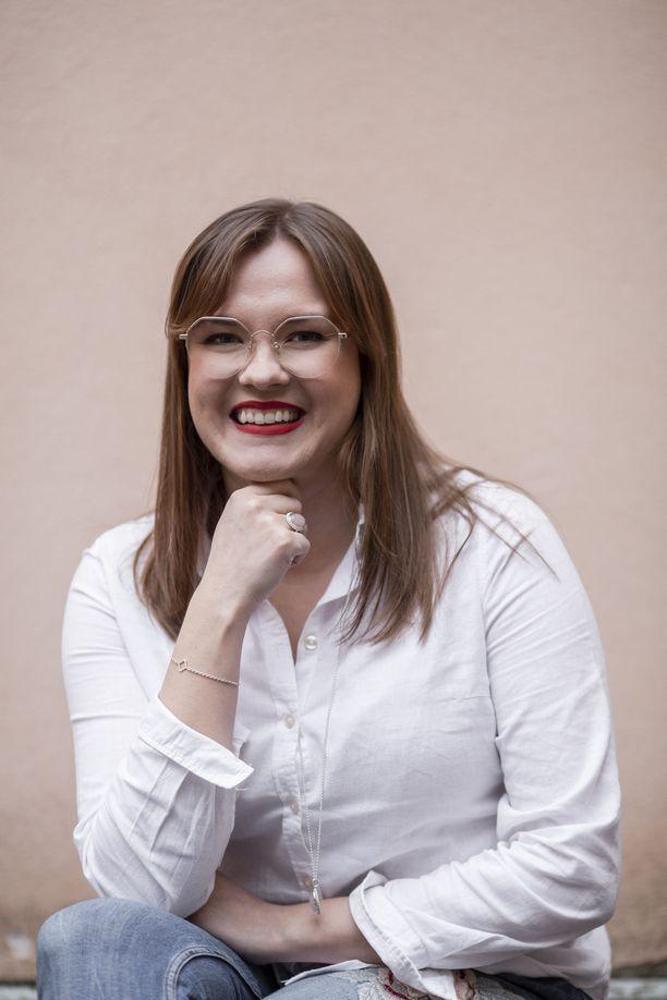 Kultaseppä Laura Darth päätyi korualalle työskenneltyään sekä kultasepänliikkeessä että sisustusalalla.
