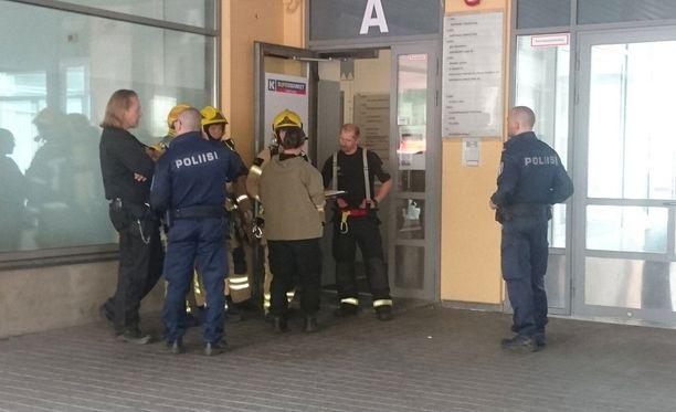 Poliisi tutkii tapausta. Rakennukseen ei päästetä viranomaisten lisäksi ketään sisälle.