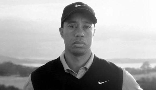 Tiger Woods on oudossa mainoksessa hiljaa isänsä puhutellessa poikaansa.
