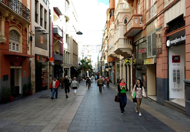 Calle de Castillo on yksi Santa Cruzin ostoskaduista.