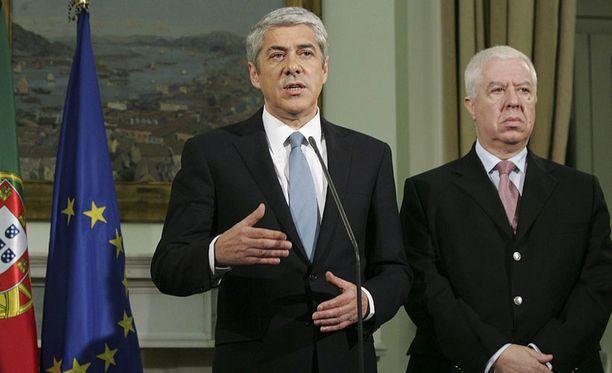 Portugalin pääministeri Jose Socrates (vas.) ja talousministeri Teixeira dos Santos Lissabonissa järjestetyssä lehdistötilaisuudessa 3. toukokuuta 2011.