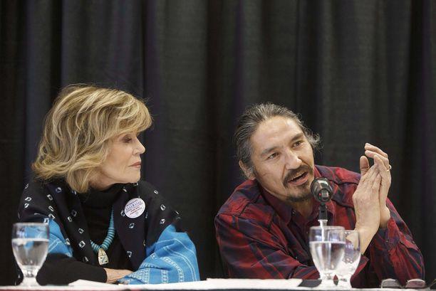 Jane Fonda ja alkuperäiskansojen tunnettu johtaja Allan Adam, jonka poliisi pahoinpiteli maaliskuussa, osallistuivat seminaariin, jossa pohdittiin alkuperäiskansojen oikeuksia Kanadassa.
