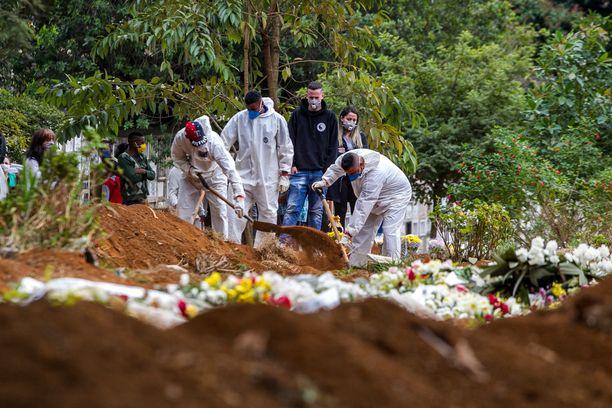 Hautausmaalla Brasilian São Paulon miljoonakaupungissa riitti ruuhkaa lauantaiaamuna. Seutu on pahiten koronaviruksesta kärsinyttä aluetta Etelä-Amerikassa, josta tuli tällä viikolla koronapandemian keskus.