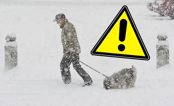 Sankka lumisade aiheuttanee ongelmia liikenteessä. Poliisi suosittelee, että kansalaiset jättävät autoilun väliin.