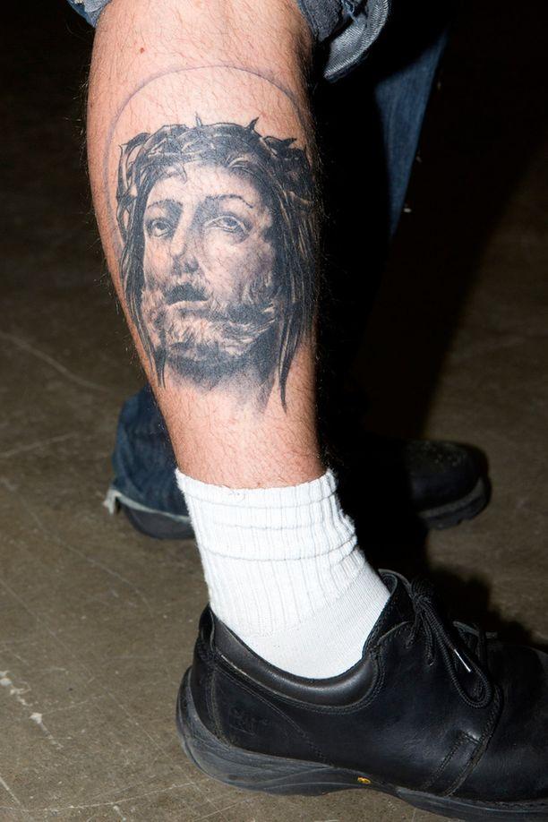 - Jeesus on esikuvani, Joni Tarkkinen kertoo. Tatuointi kuvastaa lähimmäisen rakkautta ja toisten hyväksymistä sekä muistuttaa omasta arvomaailmasta.