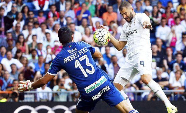 Karim Benzema puskee Real Madridin voittomaalin Granadan verkkoon.