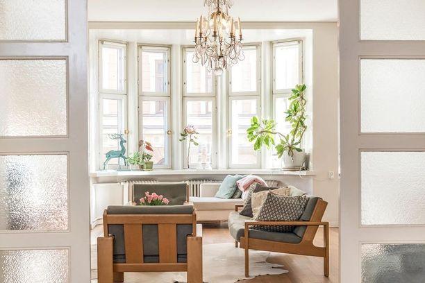 Tällaisista ikkunoista moni saa vain haaveilla. Raikkaus jatkuu sisustuksen värivalinnoissa.