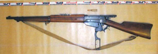 Kolmoissurman tekoaseena on 7,62x53W kaliiperin Winchester-kivääri.