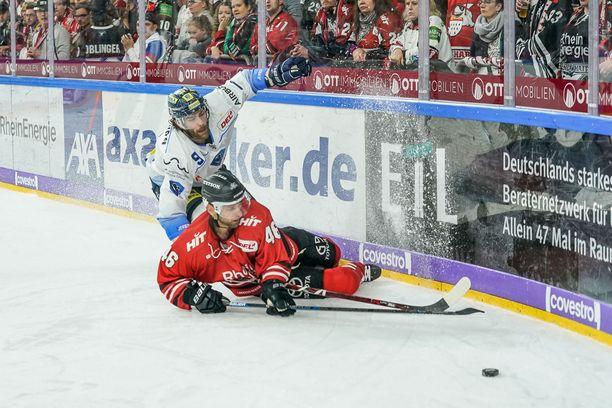 Tämä tilanne nousi otsikoihin jopa Saksan ulkopuolella. Punapaitainen Jakub Kindl kaatui, ja Jerry D'Amigo oli päätyä jäähyaitioon.